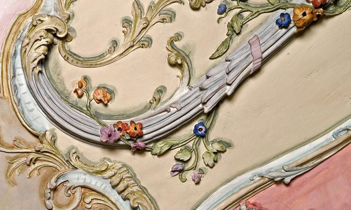 Ausschnitt aus einer Kartusche im Bibliothekskabinett im Barockschloss Mannheim;  Foto: Staatliche Schlösser und Gärten Baden-Württemberg, Andrea Rachele