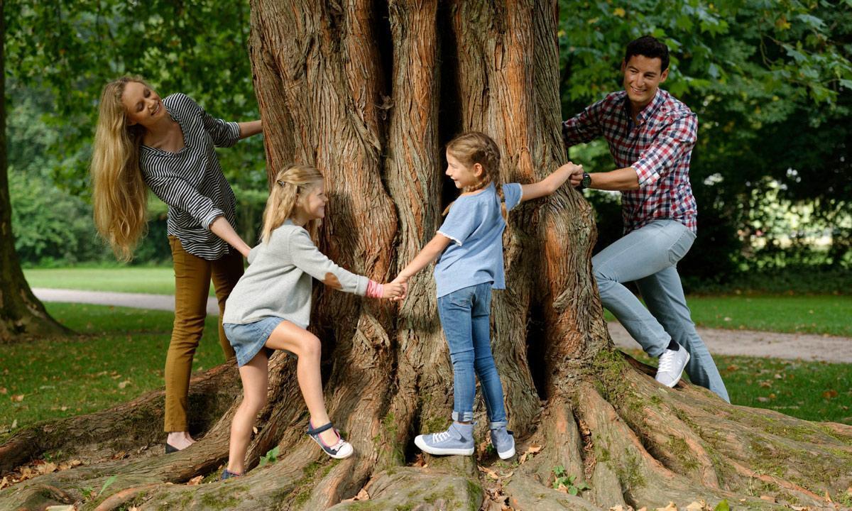 Spielende Familie im Schlossgarten Rastatt;  Foto: Staatliche Schlösser und Gärten Baden-Württemberg, Niels Schubert