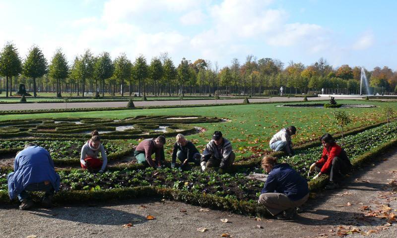 Gärtnerinnen und Gärtner im Schlossgarten Schwetzingen; Foto: Staatliche Schlösser und Gärten Baden-Württemberg, Petra Pechacek