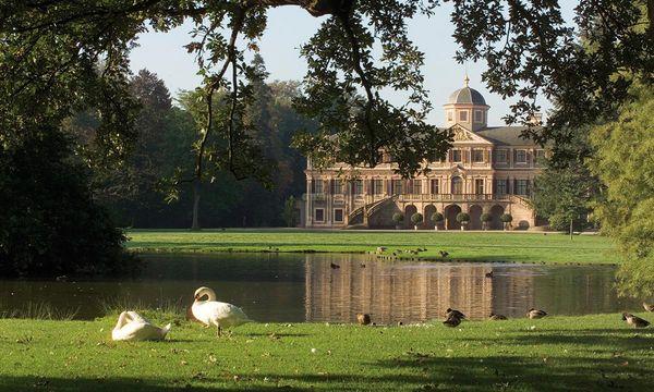 Schloss Favorite Rastatt mit Schwänen und Enten; Foto: Staatliche Schlösser und Gärten Baden-Württemberg, Andrea Rachele