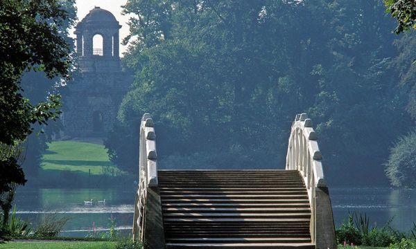 Chinesische Brücke mit Blick zum Apollotempel, Schlossgarten Schwetzingen; Foto: Staatliche Schlösser und Gärten Baden-Württemberg, Steffen Hauswirth